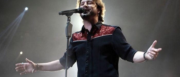 Manuel Carrasco cantando