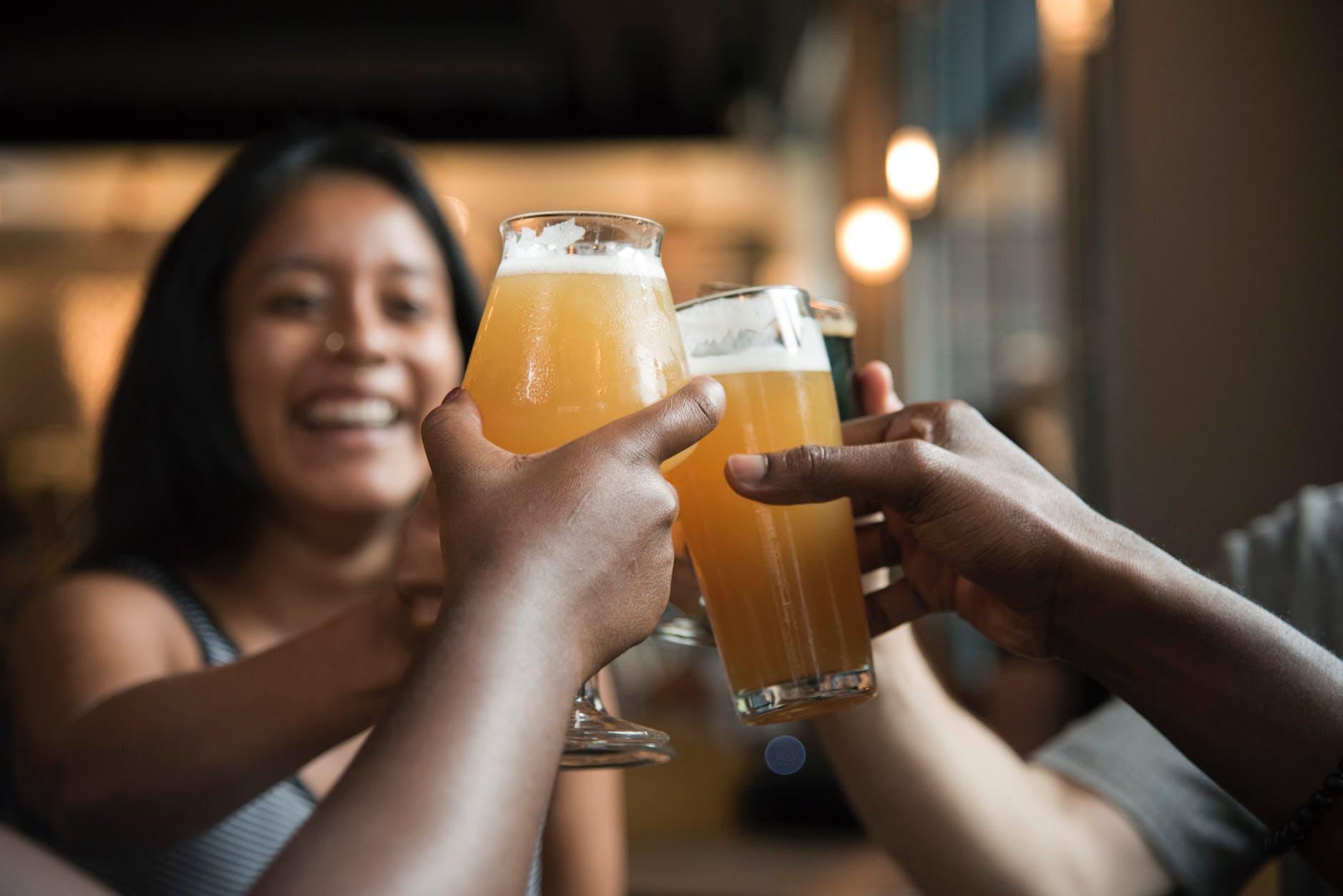 cerveza amigos cabello reunión bar
