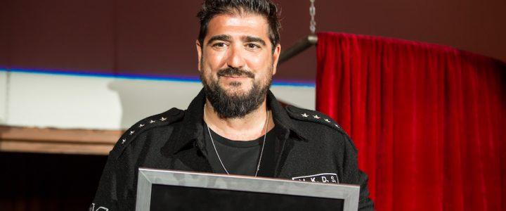 Antonio Orozco recibiendo el Ticket de Oro en el verano de 2019