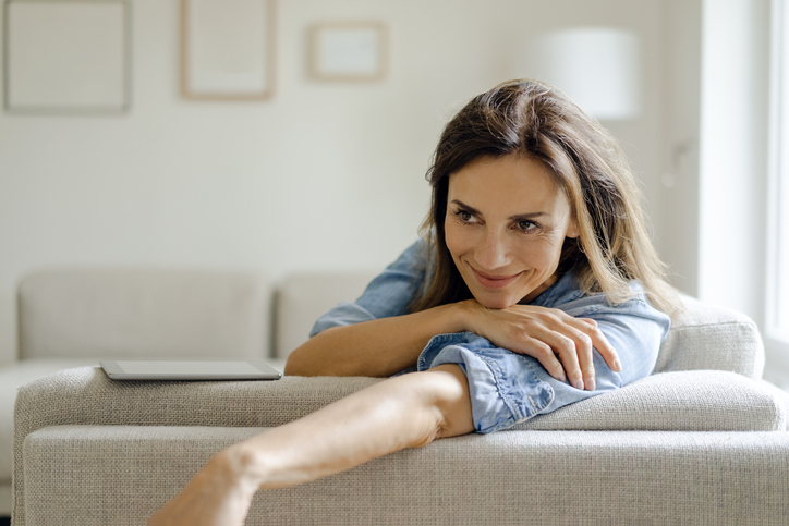 mujer whatsapp sofá casa móvil