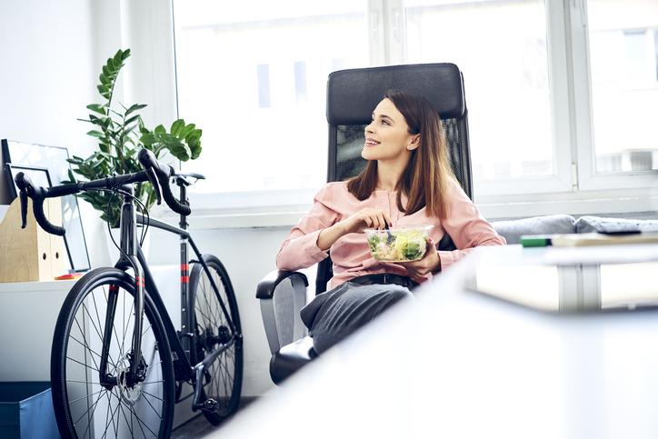 mujer comida almuerzo ensalada trabajo