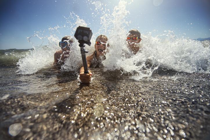 niños disfrutan de sus vacaciones con una gopro