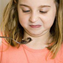 Cara de asco de una niña al comer