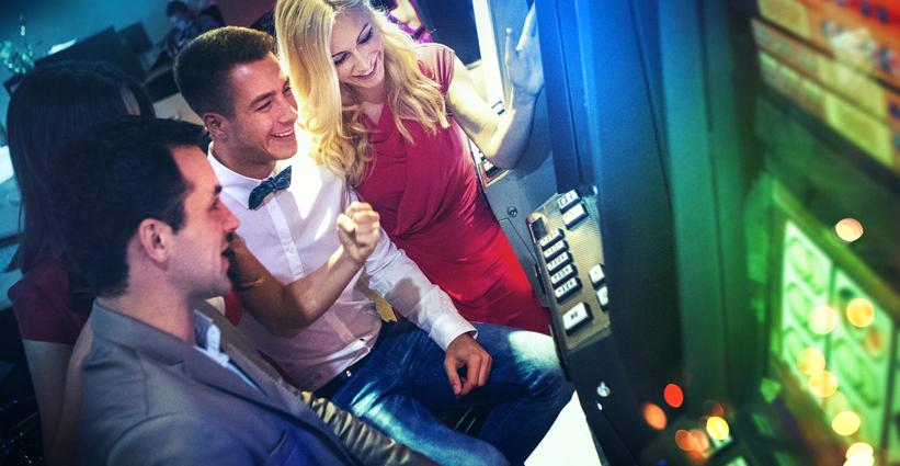 Casino y personas divirtiéndose
