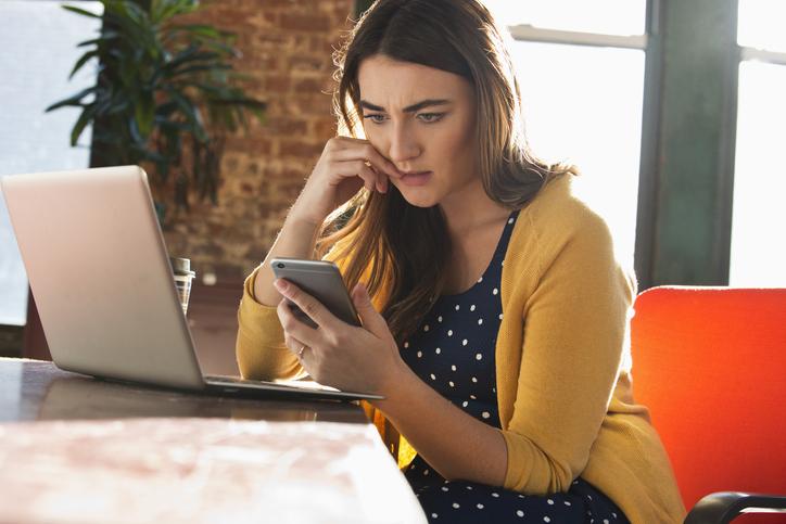 mujer whatsapp móvil ordenador