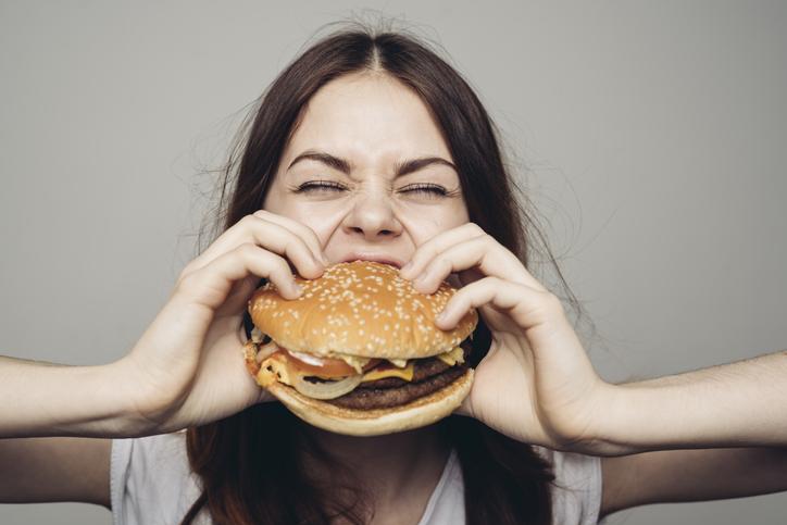mujer hamburguesa comida rápida comer