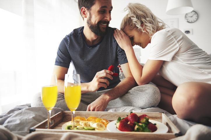 regalo pareja desayuno cama