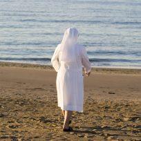 una monja en la playa