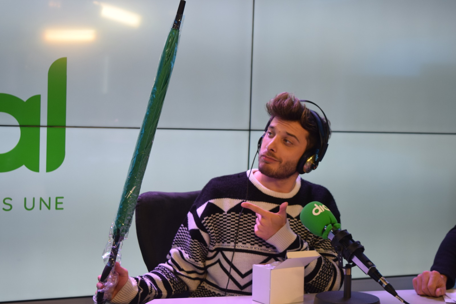 Blas Cantó recibe el paraguas de Atrévete