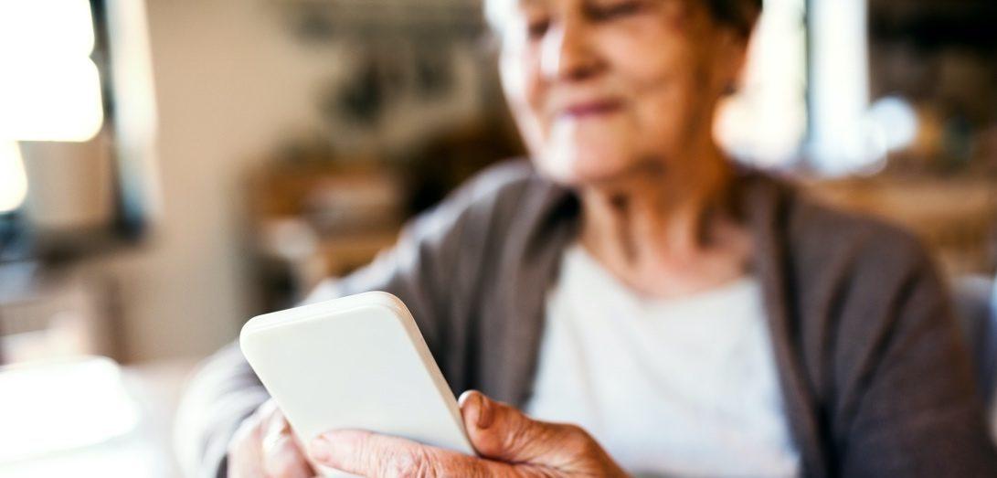 Una abuela usando el móvil