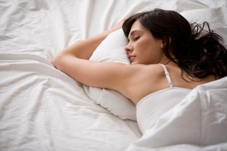 mujer dormir posturas sueño