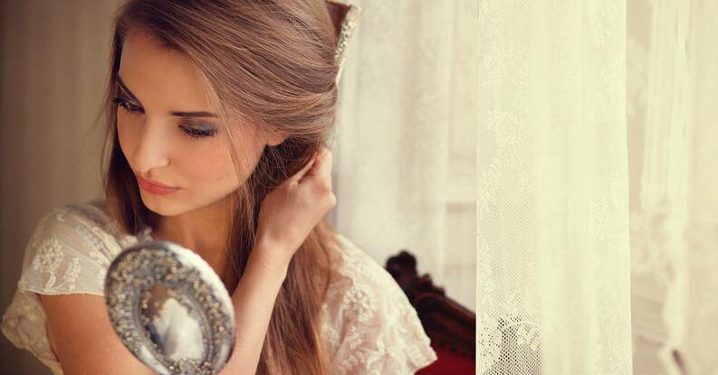 Mujer peinándose el pelo