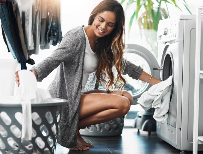 mujer lavadora colada