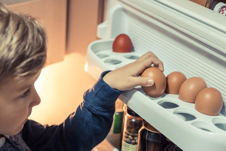 huevos nevera niño huevera cocina
