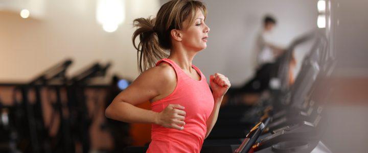 mujer en la cinta de correr del gimnasio