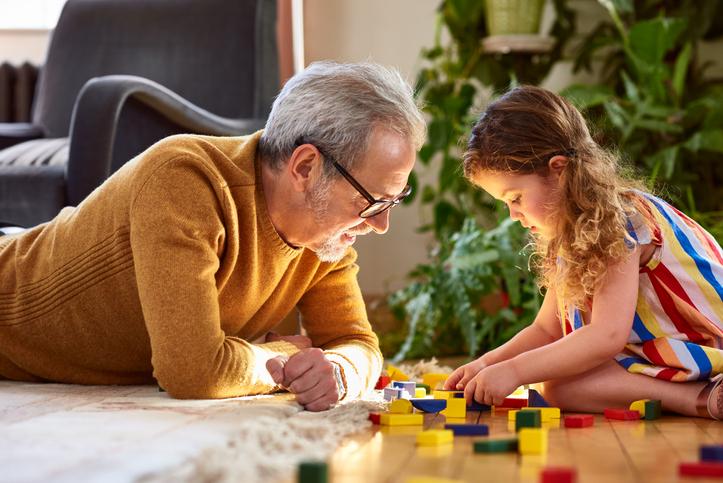 abuelo jugando con su nieta