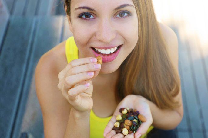 mujer frutos secos ejercicio dieta