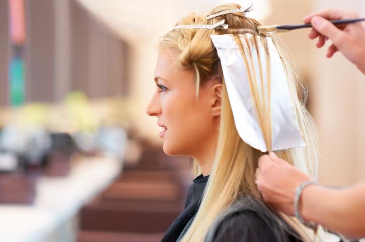 mujer mechas peluquería canas