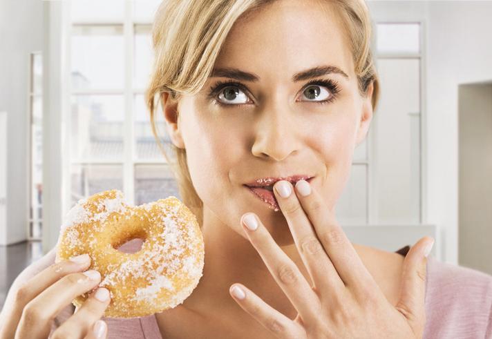 mujer bollo donut azúcar