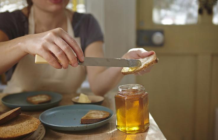 mujer mermelada tostada caducado