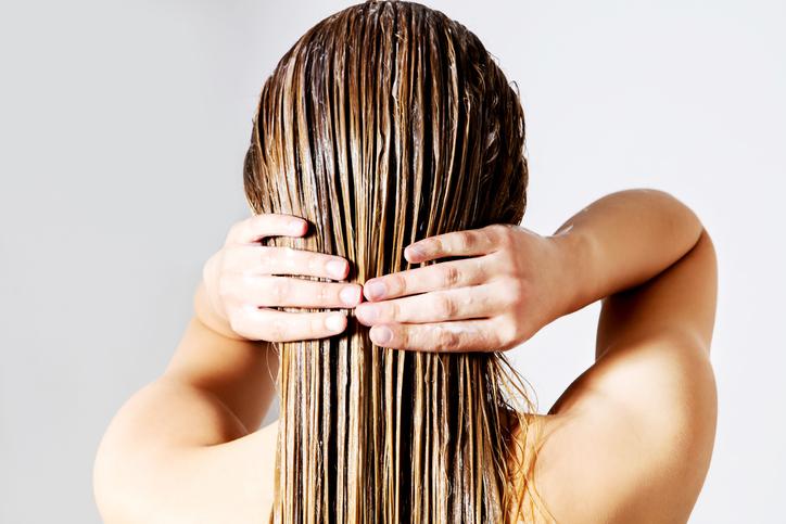 mujer melena pelo aceite canas