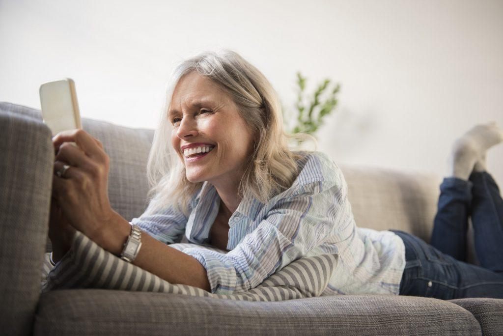 mujer casa humedad coronavirus teléfono