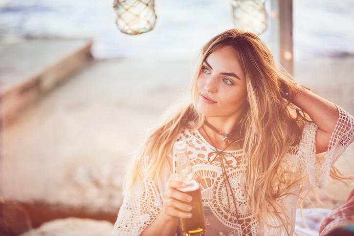 mujer cerveza terraza cabello