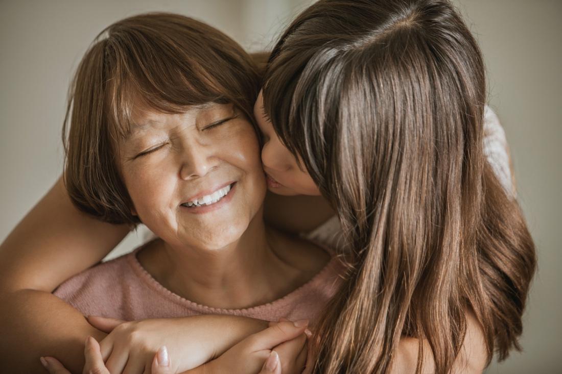 beso de hija a madre