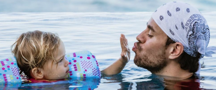 enrique iglesias hijo hija baño piscina