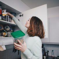 mujer despensa coronavirus alimentos