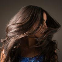 mujer melena canas pelo tinte