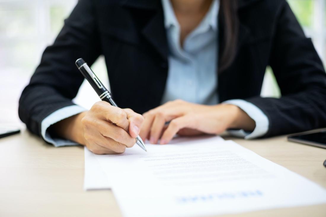 Mujer rellena documentos