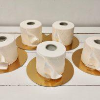 Una pastelería evita cerrar su negocio vendiendo tartas con forma de papel higiénico
