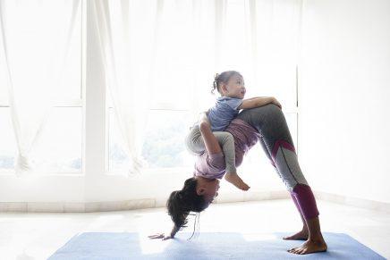 La demostración de cómo hacer ejercicio mientras cuidas a tus hijos pequeños