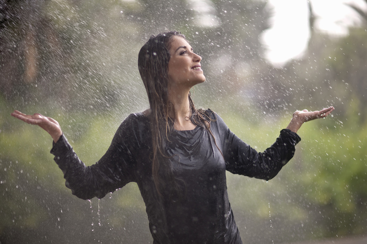 mujer lluvia ropa mojada