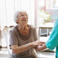 mujer mayor anciana médico enfermero coronavirus