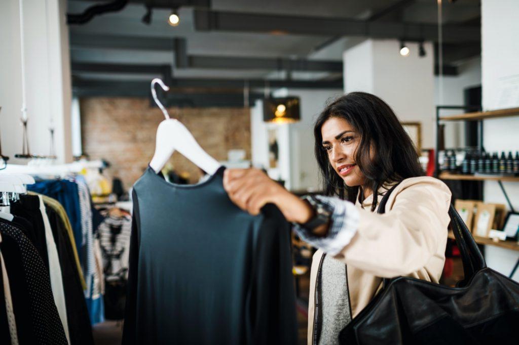 Mujer de compras en una tienda
