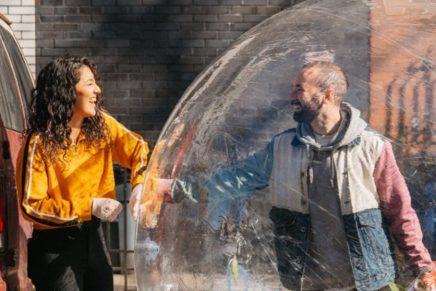 Se enamoran en plena cuarentena gracias a un dron y a una burbuja de plástico