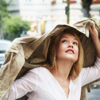mujer ropa mojada lluvia