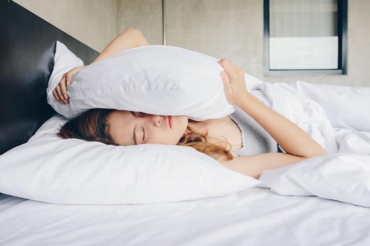 sueños cama cuarentena mujer