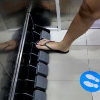 Un centro comercial idea el ascensor con pedales para evitar el foco de contagios