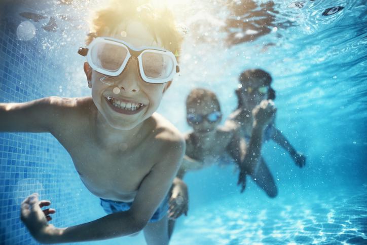niños piscina coronavirus comunidad fincas