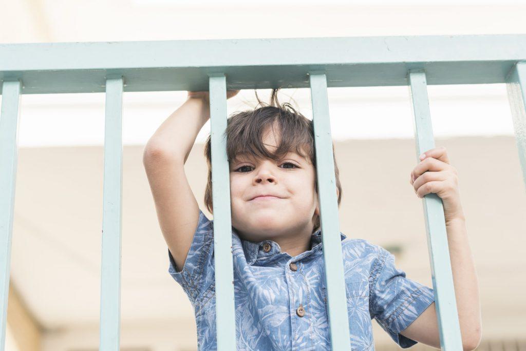 Utiliza su balcón para vengarse de quienes le caen mal