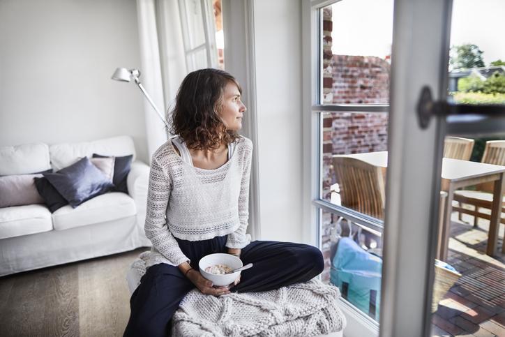 mujer casa encerrada cuarentena síndrome cabaña whatsapp