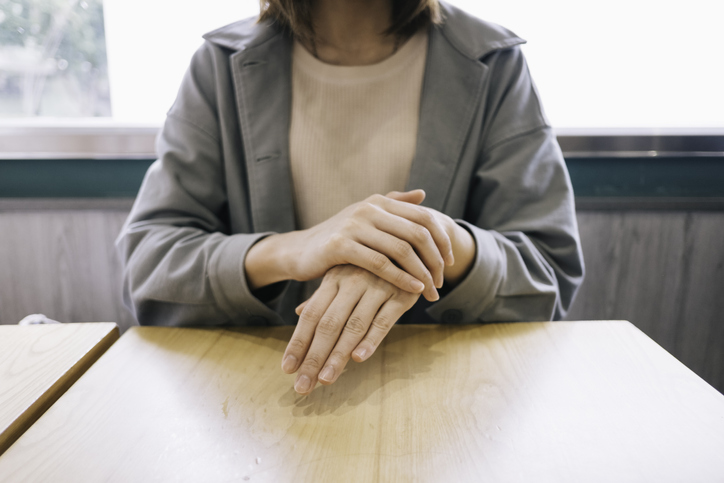 mujer manos restaurante coronavirus