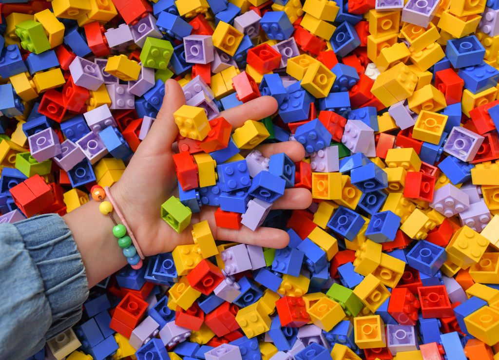Una ONG recauda fondos pidiendo a las personas que pisen descalzas las piezas de LEGO