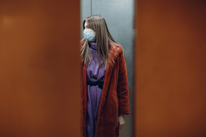 coronavirus ascensor mujer mascarilla