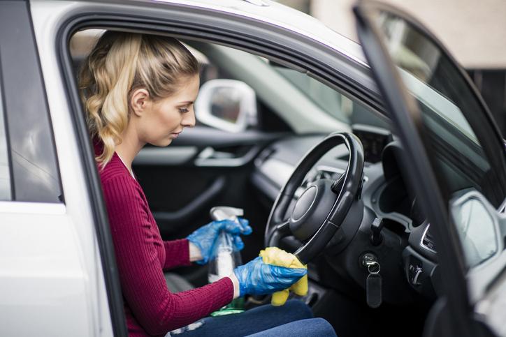 mujer desinfección dgt coche coronavirus