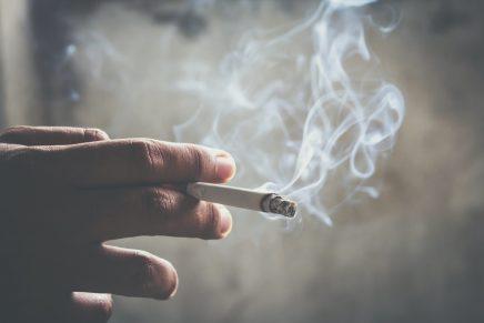 Una mano sosteniendo un cigarro