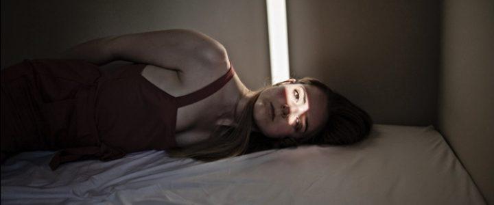 mujer casa encerrada cuarentena síndrome cabaña